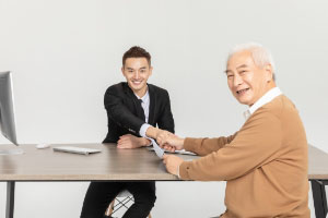 给老人买保险,哪种养老险好?