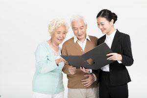 想为家里老人买份保险,怎么选?